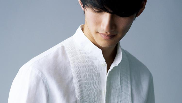 なんと美しい! 極細プリーツの白リネンシャツはカジュアルに着こなしたい