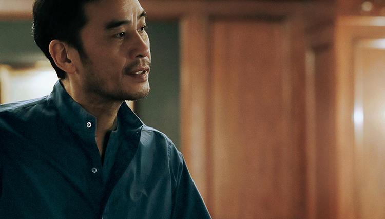 ネイビーのポプリンシャツは夜に着たくなる【土曜日の青シャツ、何着る?】