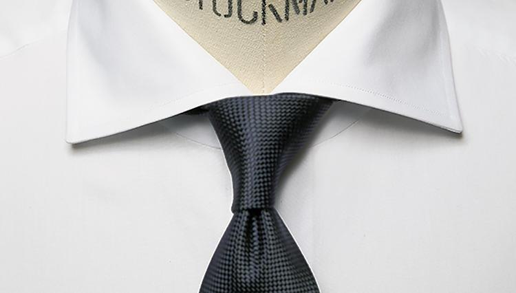 シャツの襟もとに美しいシンメトリーが作れていますか?
