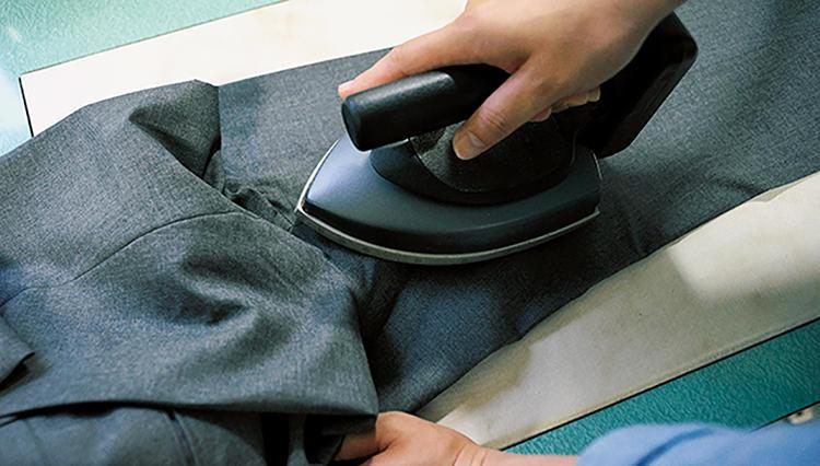 パンツ職人が伝授する、アイロンで上手にクリースを入れる方法とは?