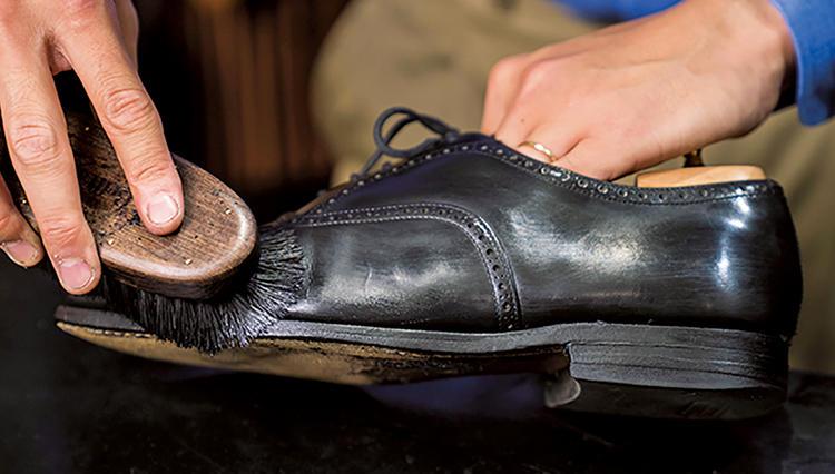 靴磨きは「コバ磨き」のひと手間で新品のような見栄えに!