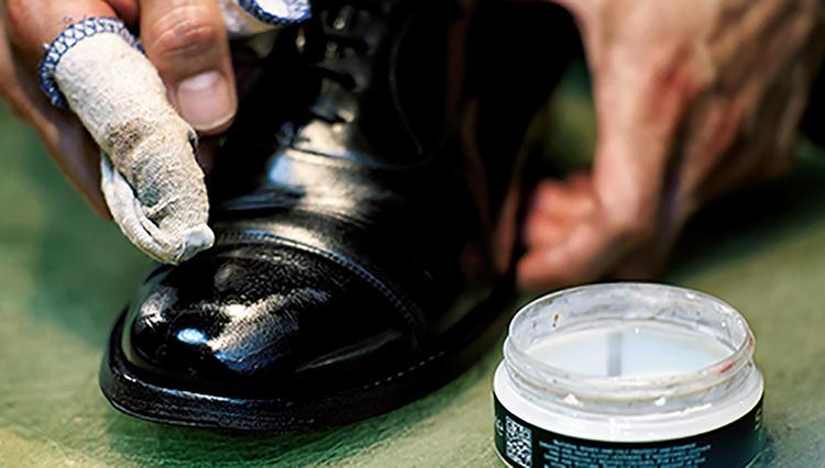 靴磨き2分の神ワザ!「剥げた鏡面磨き」は栄養クリームで磨けば蘇る