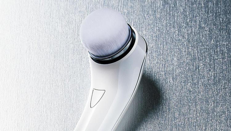 男性美容研究家 藤村岳の「朝刊よりもカガミの前の5分」VOL.32 洗顔マシン