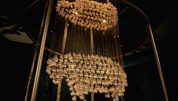 幸運の象徴「ゴールデン フリース」のシャンデリアを特別展示