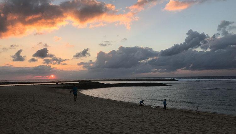 早朝の砂浜で魂を浄化、そして食材を求めて料理長と市場へ!?【バリ島】vol.3