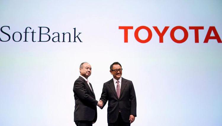 トヨタの豊田章男社長とソフトバンクの孫正義会長兼社長がガッチリ握手。その意味とは?