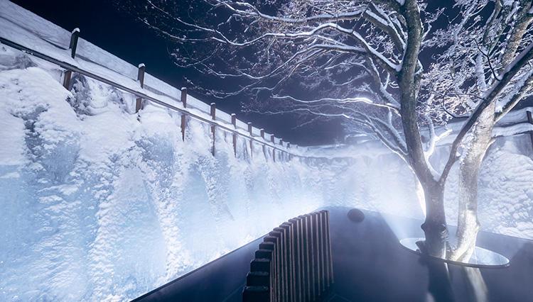 【星野リゾート 奥入瀬渓流ホテル】で体験できる、日本唯一の「氷瀑の湯」とは?