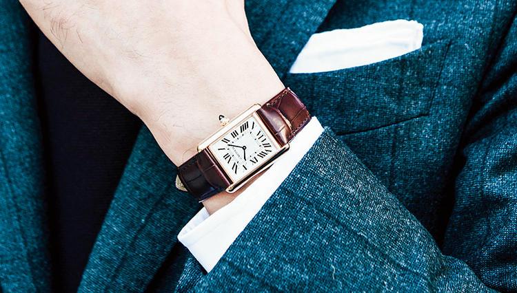小顔薄型の角シック時計が装いをドレッシーに格上げする