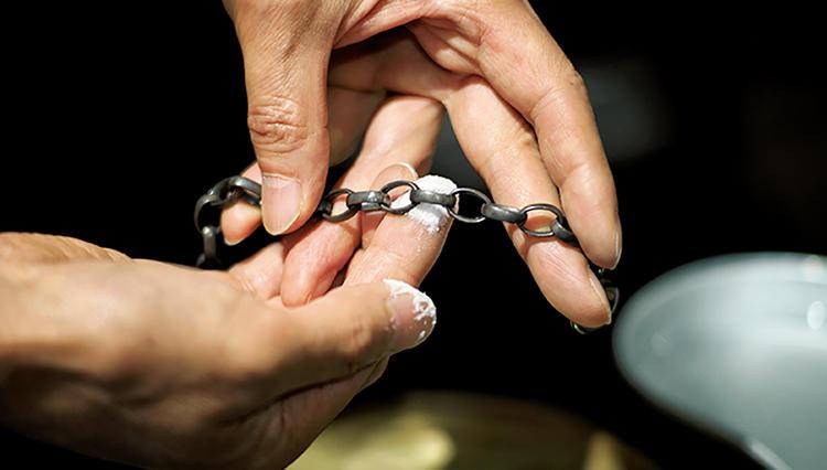 くすんだシルバーアクセのケア術、重曹で磨けば「いぶし銀」に。輝かせるなら、塩で煮る!?