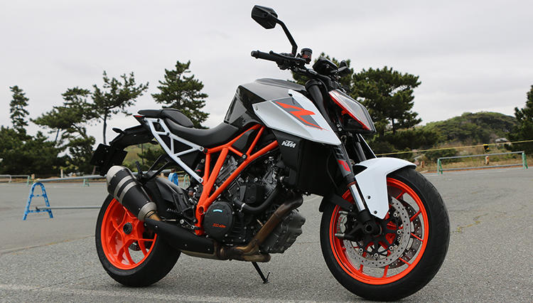公道マシンにもレーシングマシンの思想をフィードバック! KTM「1290スーパーデュークR」試乗記