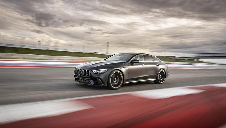 絶好調AMGを象徴する「メルセデスAMG GT 4ドアクーペ」なら、誰よりも速く快適に移動できる
