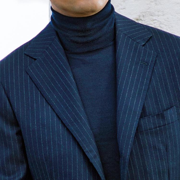 <p><strong>1位<br />肌寒い休日、スーツを生かすならこんな合わせが簡単</strong><br />寒くなってきた秋の休日、仕事用のスーツを上手く生かすなら中にタートルネックのニットを着てみよう。上品さを保つならミドルゲージよりもハイゲージがおすすめ。また、誰でも簡単に合わせられるのはスーツと同色の無地タートルでまとめること。ノータイスーツスタイルを、シックに大人っぽく見せることができる。<small>(2019年10月号掲載)</small></p>