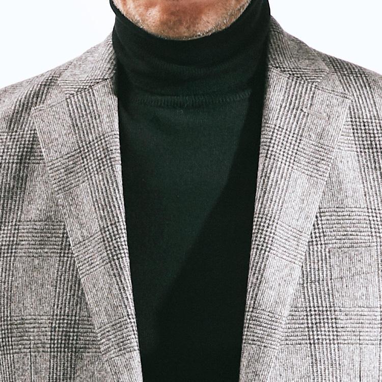 <p><strong>4位<br />仕事用のスーツを休日にも活用するなら?</strong><br />仕事で着ているグレースーツ、休日に着るならタイドアップでなく少しドレスダウンで着こなしたい。そんなときに重宝するのが黒のハイゲージタートルニットだ。グレンチェックのような柄スーツととくに相性がよく、モノトーンでシックな印象にまとめることができる。休日はもちろん、ドレスコードの緩い会社なら平日の内勤時などにも使えそうな組み合わせだ。<small>(2019年10月号掲載)</small></p>
