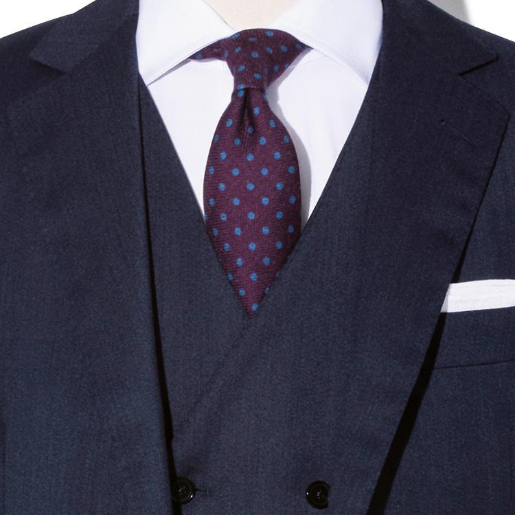 <p><strong>6位<br />紺無地スーツで「風格」を出すには?</strong><br />シンプルな紺無地スーツで、いつもより風格を出すには? まず、格式高さを強調するなら紺の色選びに気をつけよう。明るめの紺より、濃紺のほうが世界中のどこでも恥ずかしくない、フォーマルさを演出できる。また、生地感もあまり薄手なものよりヘヴィウェイトなもので重厚感をプラス。スリーピースにしておくと胸元の開きが狭くなるので、パープルやボルドーなどの色気あるネクタイを挿してもいやらしい雰囲気にならない。<small>(2019年10月号掲載)</small></p>