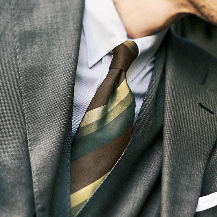 <p><strong>7位<br />グレースーツをエレガントに見せるには?</strong><br />グレースーツをエレガントに見せるコツは? スーツの色は濃色すぎると少し重たいので、シャイニーなライトグレーで艶気を出そう。さらにネクタイで茶のグラデーションを添えてみると◎。写真のようなブラウン、イエロー、グリーンといった秋らしいブラウン系トーンの配色が、ネクタイのシルクの艶でさらに上品に引き立つ。スーツはスリーピースにすると、胸元が引き締まって貫禄もUP。<small>(2019年10月号掲載)</small></p>
