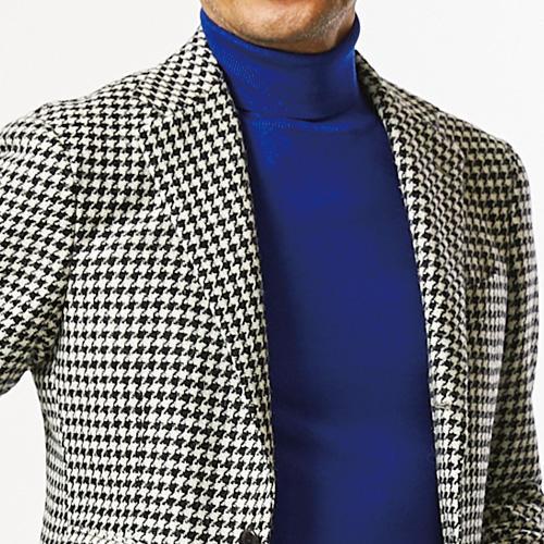 <p><strong>8位<br />休日ジャケットを引き立てるインナーは?</strong><br />仕事で着ている柄ジャケットを、休日にも応用したい。そんなとき、休日らしくカジュアル感を出すにはどんなインナーがよいか? おすすめなのは、きれいめカラーのタートルニット。ジャケットの色と、なるべくコントラストがつくと顔周りも華やかに見えて◎。ハイゲージのニットはもちろん合うが、ジャケットがツイードのようなざらっとした質感ならば、ミドルゲージくらいの素材感でも相性が良い。<small>(2019年11月号掲載)</small></p>