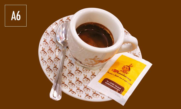 <p>ナポリのエスプレッソは、熱湯で温めておいたカップに注ぐのが風習。また多くのバールは自家製の甘いクリーム「クレマ・デッラ・ノンナ(エスプレッソと砂糖を混ぜたもの)」を別に用意している。砂糖の代わりにひと匙加えてみるのも◎。</p>