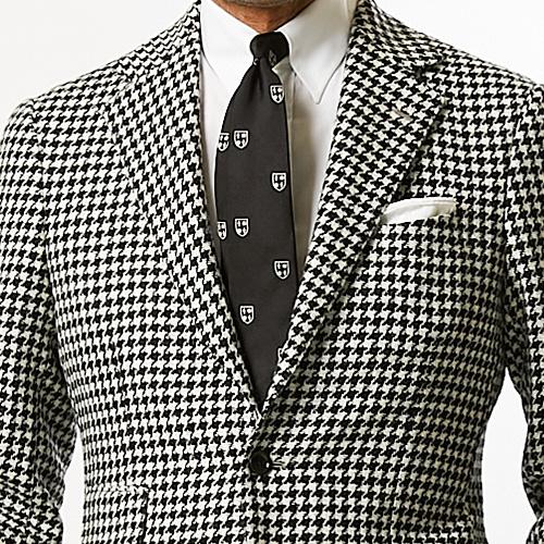 モノトーンの胸元、今年っぽく見せるならこんなネクタイ【1分で出来るスーツのお洒落】
