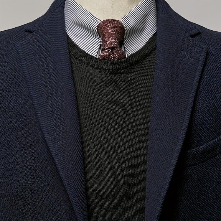 派手柄のネクタイを落ち着かせるのはこんなニット【1分で出来るスーツのお洒落】