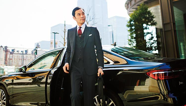 【クルマ×スーツの装いテク】「大型サルーン」に相応しいスリーピーススーツとは?