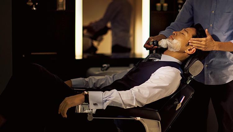 スーツも休日服も、好感度UPの最終仕上げは「ダンヒル」の理髪店