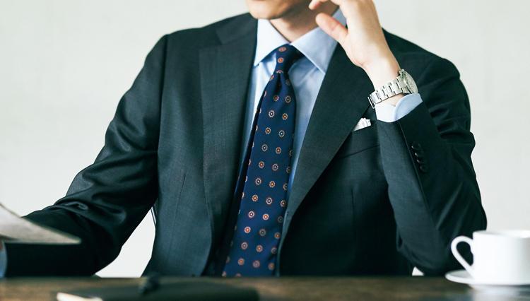スーツの胸元に差がつく「ヴィンテージ調の紺ネクタイ」、入門と応用で実例をチェック!