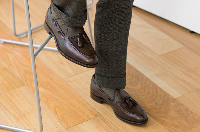 <p><strong>足元の配色はソックスまで計算</strong><br />スーツの色に合わせて、靴だけでなく、ソックスの色もブラウン系にすることで、足先まで意識の行き届いた洗練された印象が演出できる。</p>