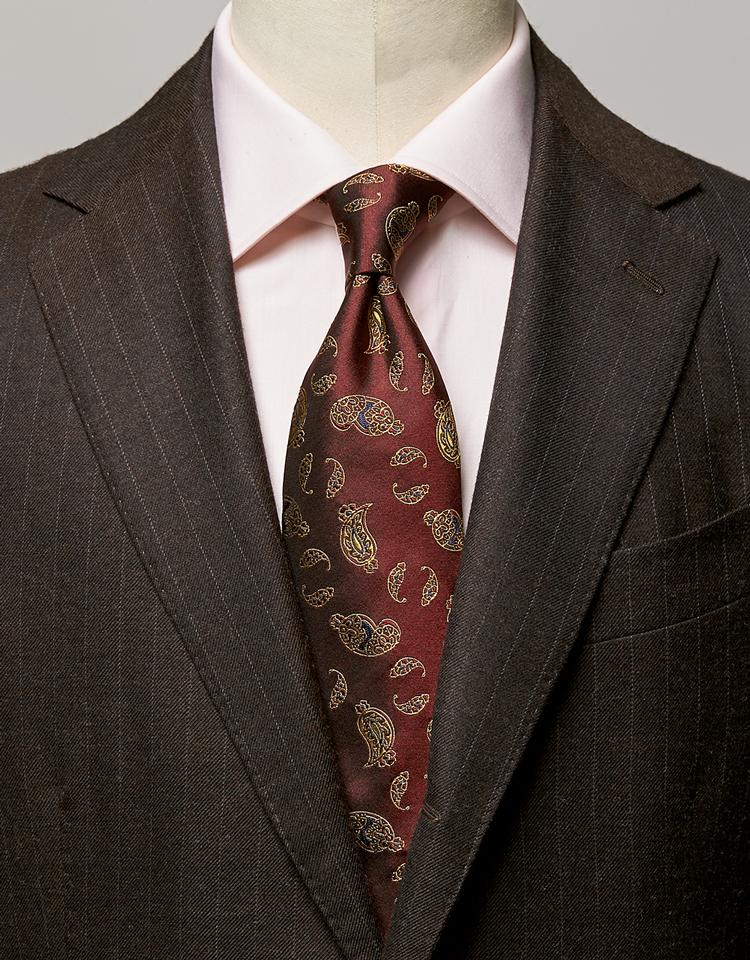 <p><strong>ボルドー×ピンクのVで、渋茶のスーツを若々しく演出。</strong><br /><figcaption>スーツ29万円/スティレ ラティーノ(ビームス 六本木ヒルズ) シャツ3万6000円/ルイジ ボレッリ(バインド ピーアール)</figcaption>