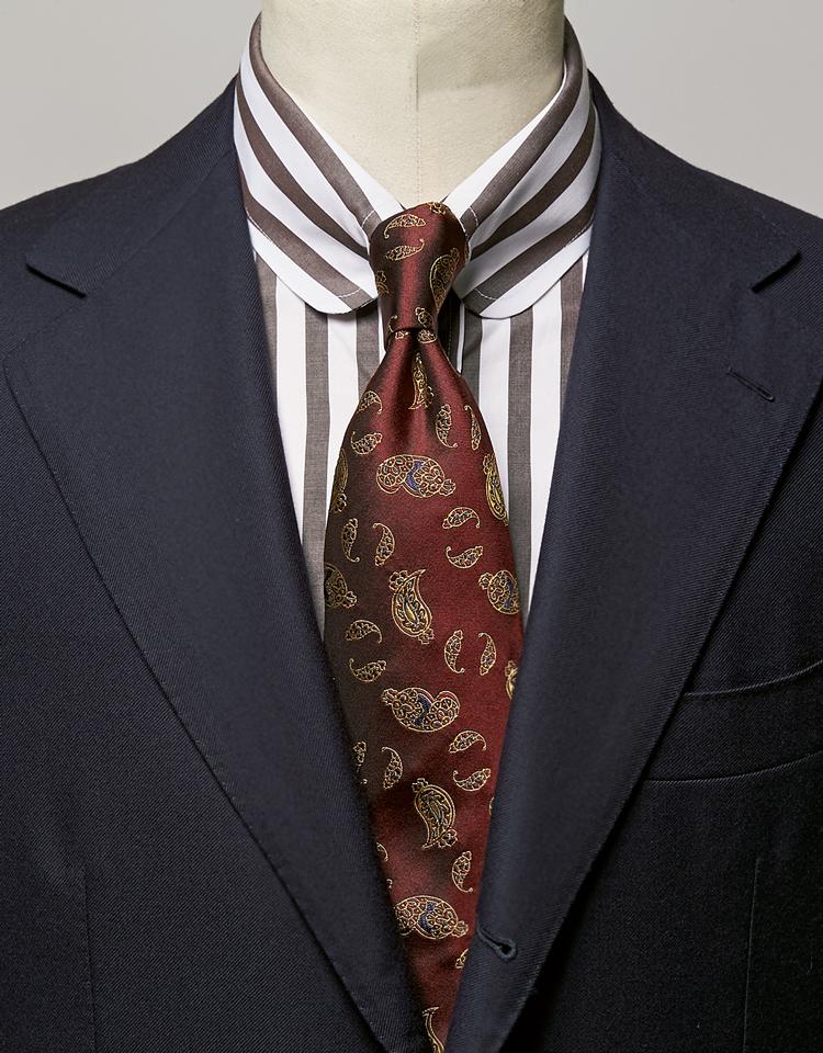 <p><strong>タイ色に馴染む茶縞のシャツでキリッとした印象に。プレゼンの日にもぴったり。</strong><br /><figcaption>スーツ18万円/ソブリン(ザ ソブリンハウス) シャツ2万3000円/ギ ローバー(ビームス 六本木ヒルズ)</figcaption>