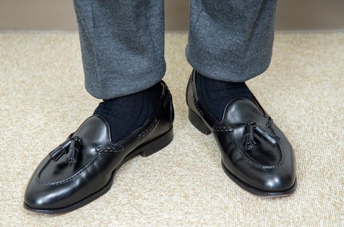 <p><strong>きちんと感も出せる!</strong><br /> 会社に着ていく際にはソックスの着用はほぼマスト。これによりスーツと同等の見栄えに。</p>