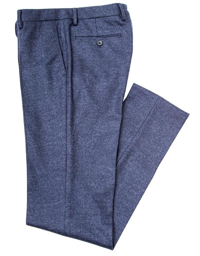 <p><strong>替えのパンツも買うべし!</strong><br />篠塚さん着用と色違いのセットアップパンツ。「グレー&ブルーは紳士の色合わせの基本です」と篠塚さん。グレーの上下に加え、色違いでブルーも購入しておけば、着回しの幅が広げられる。パンツ<オーダー価格>2万円/麻布テーラー</p>