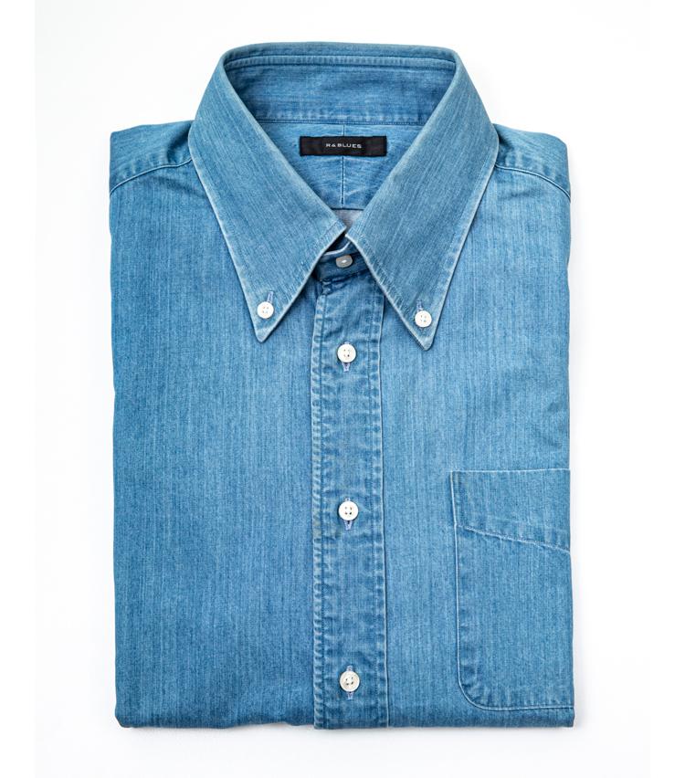 <p><strong>デニムシャツでラフな雰囲気に!</strong><br /> 「ラフなデニムシャツはカジュアル感を伝えやすいアイテムです。分かりやすい一枚を添えることで、より休日の気分を表現できます」。シャツ<オーダー価格>1万8000円/麻布テーラー</p>