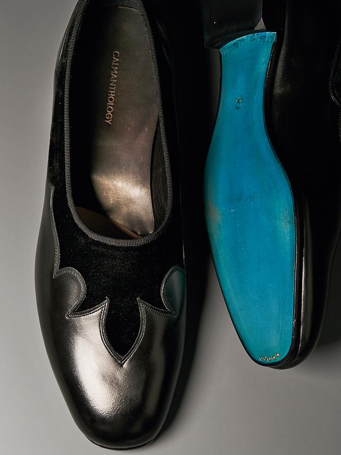 <p><strong>【CALMANTHOLOGY / カルマンソロジー】<br />ウエスタンの意匠をスリッポンに</strong><br /> フォーマルなオペラパンプスに、ウエスタンブーツを思わせる意匠を組み合わせた一足。ブランド初のマッケイ製法を採用した「カットシューズ」ラインだ。ターコイズブルーに塗られたソールがブランドのアイデンティティを主張。5万8000円(カルマンソロジー)</p>