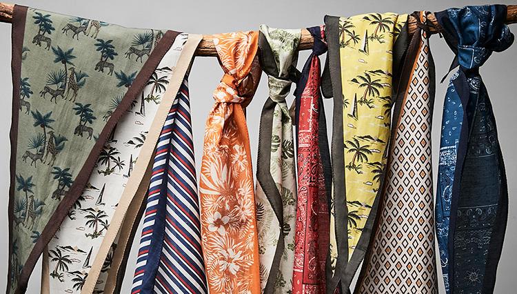 休日の「ノータイの襟元」、ひと巻きでお洒落に見せるスカーフはコレ!