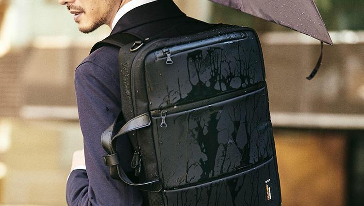 「リュックにもなる撥水ビジネス鞄」、雨の日通勤になぜ便利?【きちんと見える梅雨対策 #05】
