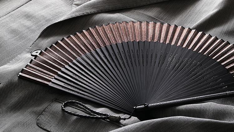 スーツスタイルに使える「メンズの扇子」、どんなものを選ぶべき?