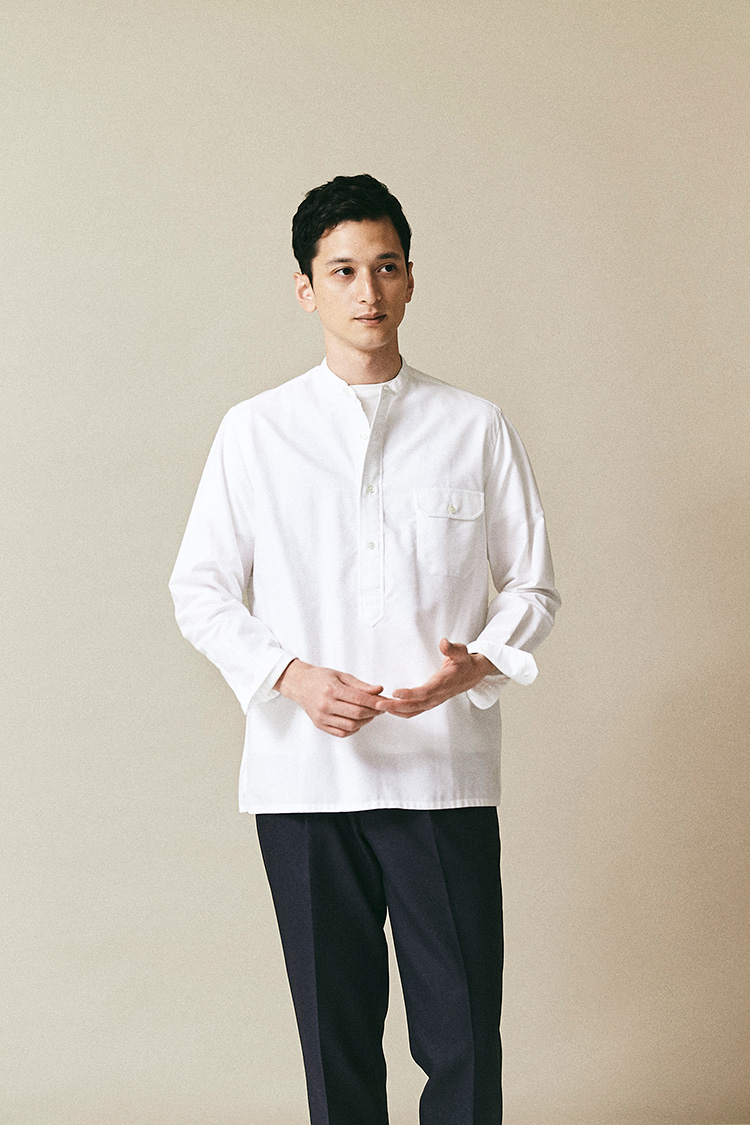 <p><strong>サルヴァトーレ ピッコロ</strong><br /> ナポリのカミチェリアが手掛けるバンドカラーシャツは、プルオーバースタイルにフラップポケットがつく。洗い込むほど味わいが増すオックスフォード生地を使っているのも、アメリカンなカジュアルウェアを目指したかのよう。イタリア伝統の仕立て技で作ったアメカジシャツというハイブリッド感が楽しメル。2万9000円(シップス 銀座店) </p>