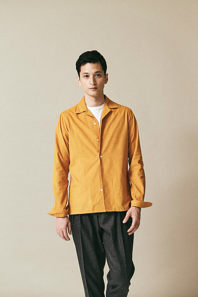 <p><strong>バルバ</strong><br /> イタリアンクラシックなシャツを手掛けてきたバルバ。細コーデュロイのオープンカラーシャツは、そのままシャツジャケットとして着られるスクエアな裾と着丈だ。長年ドレスシャツを仕立ててきたブランドの矜持か胸ポケットはなく、貝ボタンにはオリジナルの模様が彫刻されているのも、こだわりの表れ。3万5000円(ストラスブルゴ) </p>
