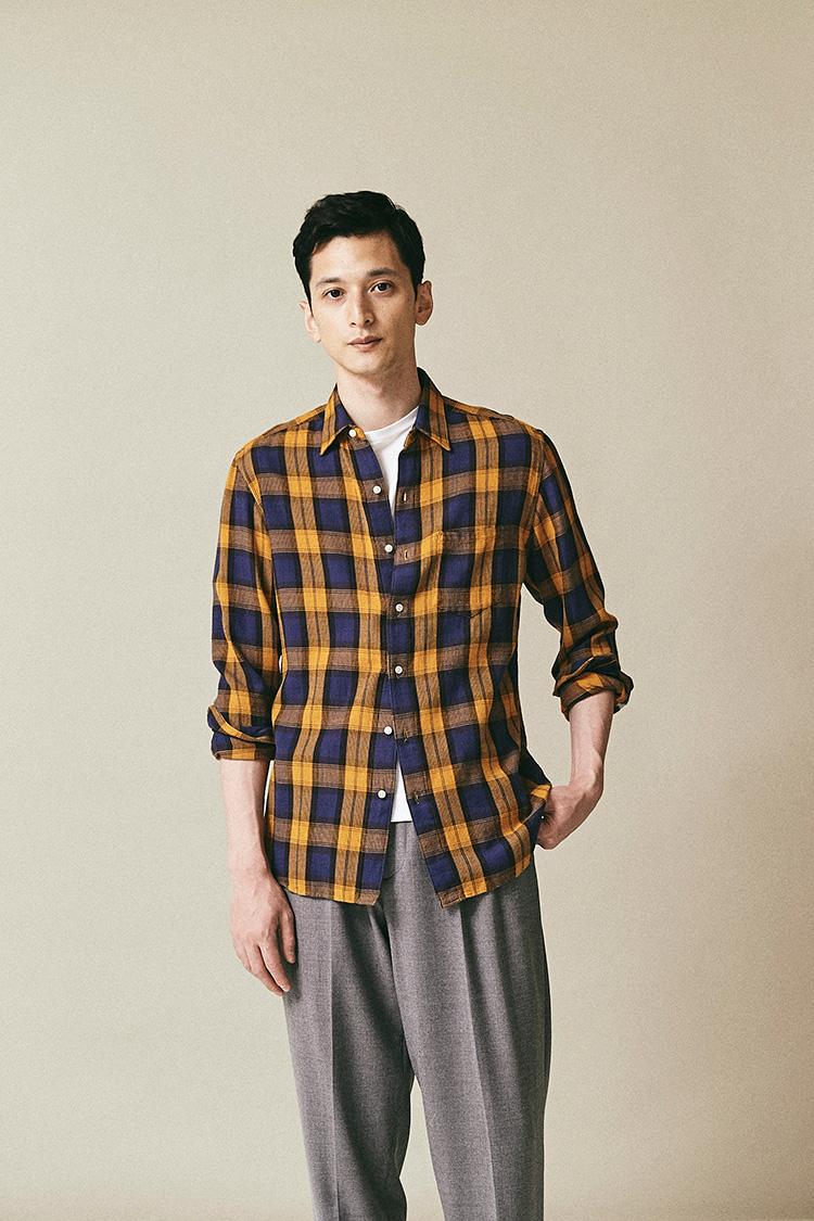 <p><strong>スリードッツ</strong><br /> 西海岸のプレミアムカットソーブランドが手掛けるのは、本格的なアメカジベースのネルシャツ。素材にこだわりあるブランドらしく、ドビーチェックの織り感ある素材を使い、レーヨンを混紡することで、てろんとした落ち感ある生地は肩に乗せるような羽織り方にはリラックス感が溢れている。2万4000円(スリードッツ青山店) </p>