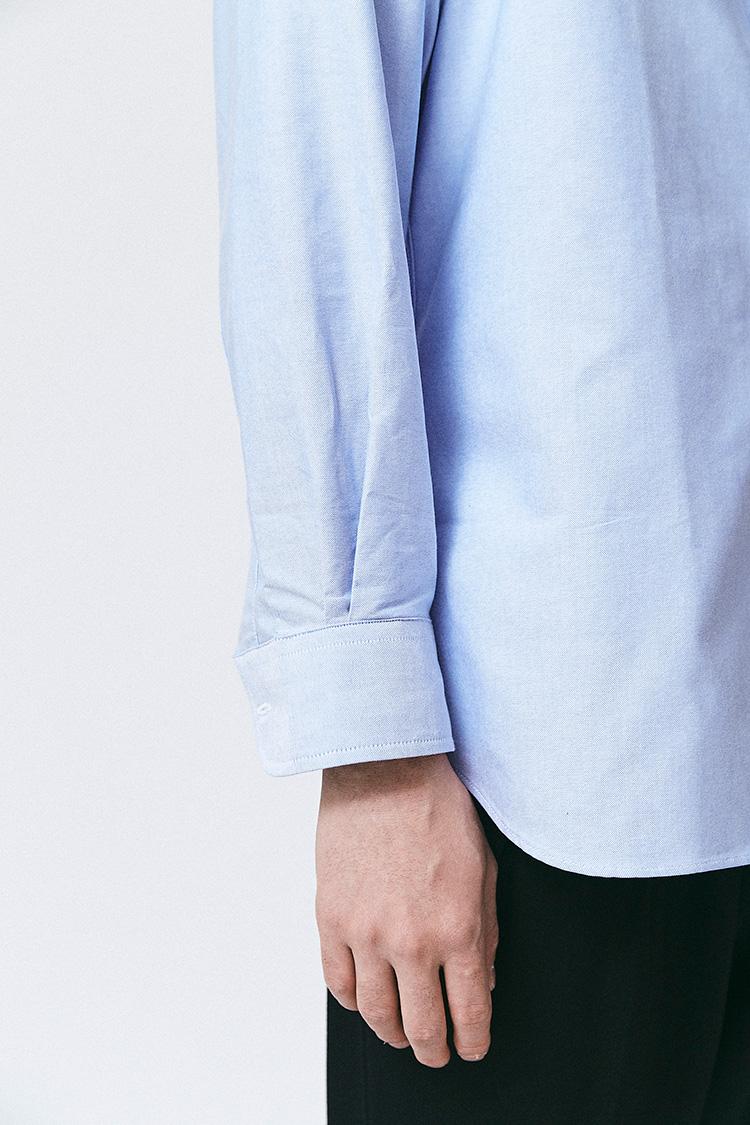<p><strong><1></strong><br /> 袖カフスのボタンをはずす。このとき、どうせまくってしまうからとノープレスでしわだらけの袖やカフスだと、単に雑にしか見えないので、シャツはきちんとプレスして着用したい。</p>