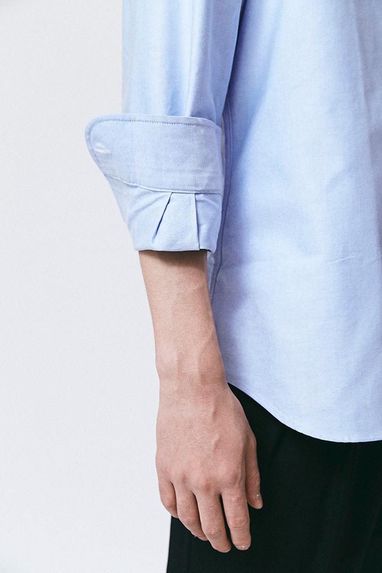 <p><strong><2></strong><br /> カフス幅の倍の長さでターンナップする。折り返し位置は肘と手首の中間あたり、袖先は肘の位置あたりにくるはずだ。</p>