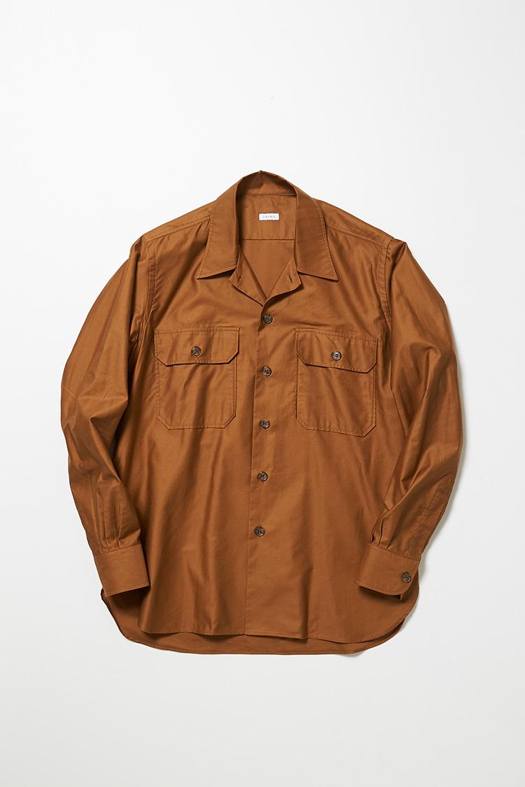 <p><strong>オリアン</strong><br />イタリアのシャツブランドが手掛けたサファリシャツは、こんなにもきれいめ。ブラウンはトレンドカラーだが、ミドルエイジが着ると余計老け込む恐れも。温かみを感じる明るいテラコッタブラウンなら、顔色を明るく見せてくれそうだ。2万7000円(ビームス 六本木ヒルズ)</p>