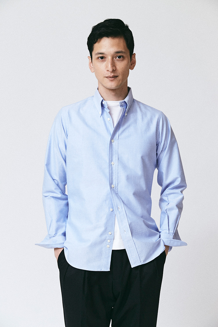 <p>こちらは「スリムフィット」。肩先の位置が合っていて、裾丈もパンツの裾にインしたときにちょうどいい長さ。ここではカジュアルに裾出しで着ているが、IT企業などドレスコードの寛容な業種なら、このままオフィススタイルとしても通用しそうだ。シャツ2万3000円/インディビジュアライズド シャツ(ユーソニアングッズストア)、Tシャツ7800円/スローン(スローン)、パンツ2万9000円/ベルウィッチ(アマン)</p>