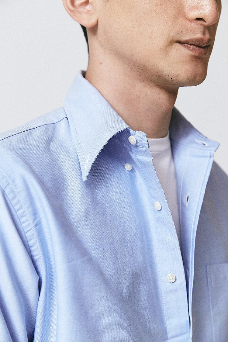<p>襟のボタンを外して着るのは、BDシャツを着こなれた風に見せる小技テク。インディビジュアライズドシャツのように、伝統的なアメトラBDらしく襟羽根がやや長めのタイプだからこそできる着方だ。かつてイタリアのフィアット会長、ジャンニ・アニエッリがビジネススタイルにも取り入れていたといわれるテクニックでもあり、BDカジュアルの定番の着方だ。</p>