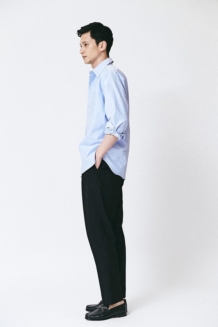 <p>単純にオーバーサイズのシャツを羽織ると、背中やお腹周りが余って大きく膨らんでしまう。しかしこちらの「クラシックフィット」は、横から見ると、ほどよいフィッティングで決してオーバーサイズというわけではないことがわかる。ここでは袖まくりしているが、袖丈(裄丈)はスリムフィットでジャストサイズなので、肩位置は落ちていても、袖口が長過ぎるという心配もない。</p>