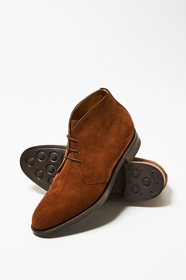 <p><strong>エドワードグリーン</strong><br />ブランドを代表する多くのドレス靴に採用されている名ラスト「202」を採用した「バンバリー」。上質なスエードを使用しているため型崩れしにくく、穿き続けるほどに味わいが増す。足首のフィット感が良く、極上のはき心地を体感できる。落ち着いた大人のきれいめカジュアルな足元を演出する一足として、ヘビロテ間違いなし。18万円(エドワードグリーン銀座店)</p>