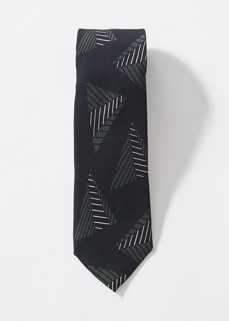 <p><strong>17.ホリデー&ブラウンの黒地モチーフタイ</strong><br /> クラシックにして、大胆なモチーフに定評のあるブランドらしい1本。モノトーンが注目される今季において、こんなブラック×グリーンはまさに狙い目。1万6000円(アイネックス TEL:03-5728-1190)</p>