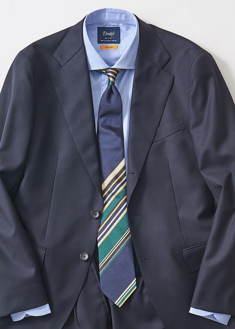 <p>紺無地スーツにサックス無地シャツ、紺ベースのパネルタイというブルーグラデーション合わせ。下のほうにグリーンやイエローが効いていて、フレッシュな印象に。</br><small>スーツ13万円/ポール・スチュアート(ポール・スチュアート 青山店 TEL:03-3406-8121)、シャツ2万4000円/ドレイクス(ドレイクス 銀座店 TEL:03-6263-9955)、タイ1万5000円/ジエレ(ビームス 六本木ヒルズ TEL:03-5775-1623)</small></p>