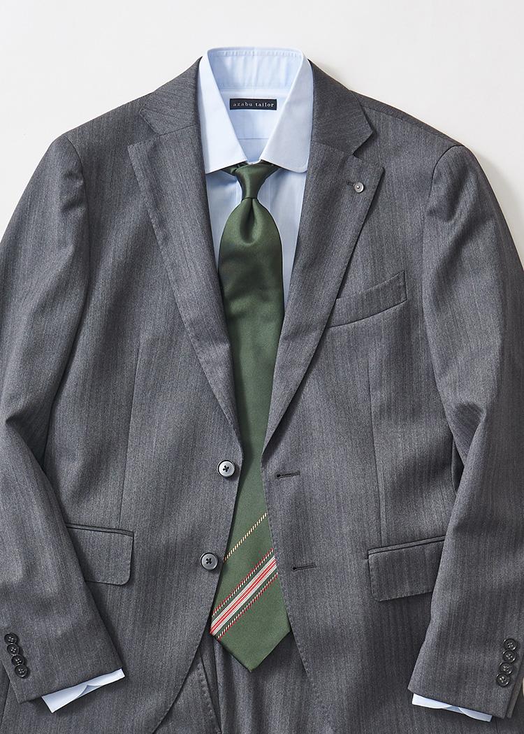 <p>ミディアムグレーのスーツに、グリーンのパネルタイ。大剣のほうに少しだけピンクのストライプが控えめに入った柔らかめのパネル柄。</br><small>スーツ9万9000円/L.B.M.1911(トヨダトレーディングプレスルーム TEL:03-5350-5567)、シャツ7000円(オーダー価格)/麻布テーラー(麻布テーラープレスルーム TEL:03-3401-5788)、タイ2万7000円/アット ヴァンヌッチ(レガーレ TEL:03-6805-1773)</small></p>