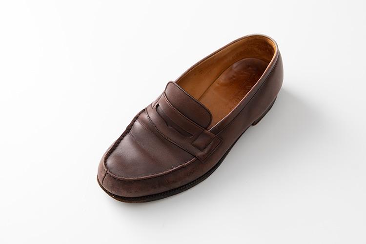 <p><strong>今回、洗ってみたのはこちらの靴</strong><br /> 筆者私物のジェイエムウエストン「180」。10年近く前に購入してかなりヘビーユースしていたため、かなりヤレてきている。</p>